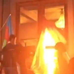 Türk bayrağını ateşe verdiler !