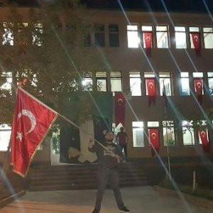 Kayyum atandığı belediyeyi Türk bayrakları ile donattı