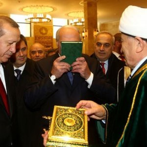 Kuran'ı öptü diye eleştirmişlerdi ! Yanıt verdi