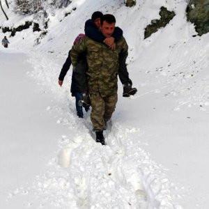 Kalp hastasını karda sırtında taşıdı