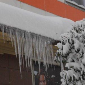 Çatıdan düşen kar kütlesi çocuğu hastanelik etti