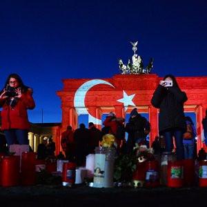Tarihi Brandenburg Kapısı Türk bayrağının renklerine büründü