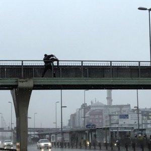 İntihara kalkışan gennci polis kurtardı