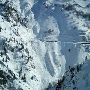 Siirt'te çığ düştü: 3 araç kar altında kaldı