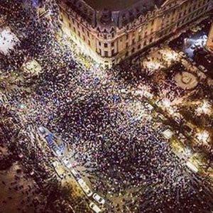 Yüzbinlerce kişi sokaklara döküldü