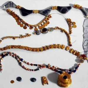 Kaçak kazıdan tarihi mücevher çıktı