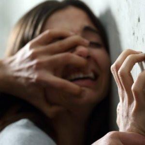 Tecavüz sanıkları mahkemede kelepçelenerek tutuklandı