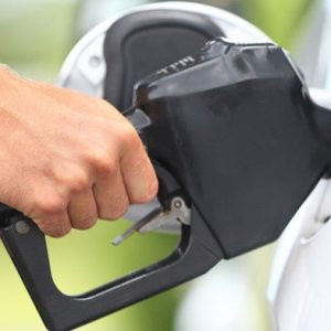 Petrol fiyatı düşüyor. Peki pompaya yansıyacak mı ?