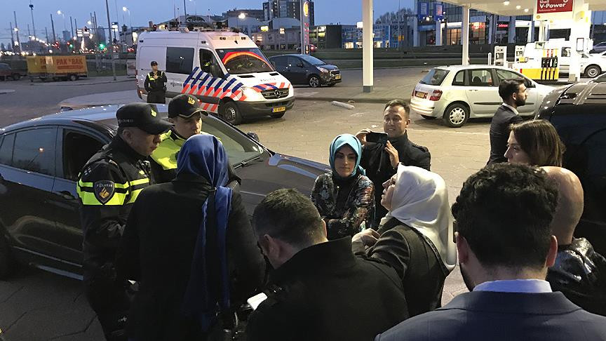 Hollanda'da Bakan Kaya'yı takip eden AA ve TRT aracına polis...