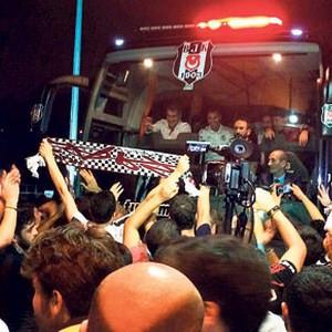 Beşiktaş'a meşaleli karşılama