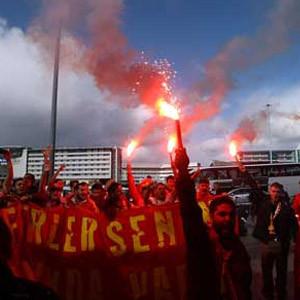 Galatasaray taraftarına şok ! Uçaktan indirdiler...