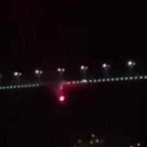 Fenerbahçeliler, köprüdeki bayrağı yaktı !