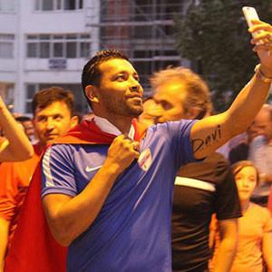Andre Santos, Türk bayrağıyla yürüdü !