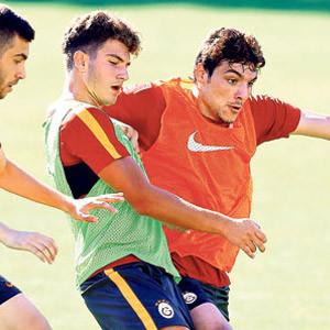 Salih Dursun Galatasaray'da kaldı