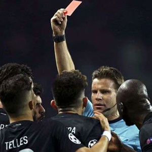 Alex Telles iki dakikada iki sarı kart gördü