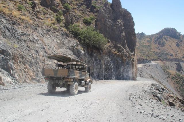 Sınırdaki dağlar dinamitle patlatılıyor