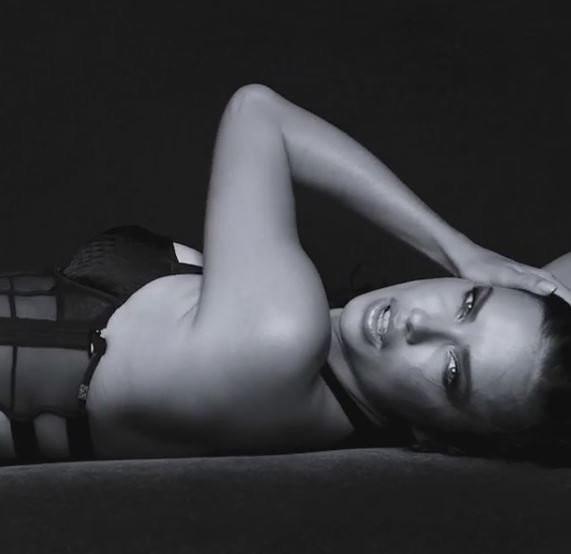 Adriana Lima'dan Victoria's Secret için çok özel pozlar