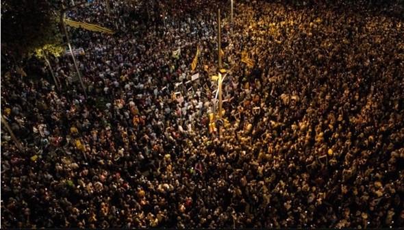 Barcelona'da on binler sokaklara döküldü