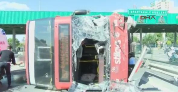 İstanbul'da korkunç kaza; otobüs devrildi