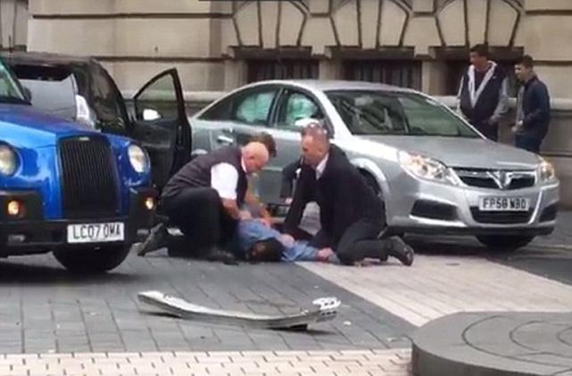 Londra'da dehşet ! Bir araç kalabalığın arasına daldı