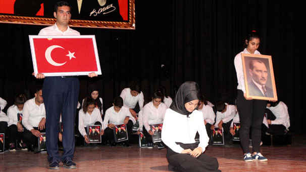 Atatürk'e Kürtçe ağıt ! Salonda alkış tufanı koptu