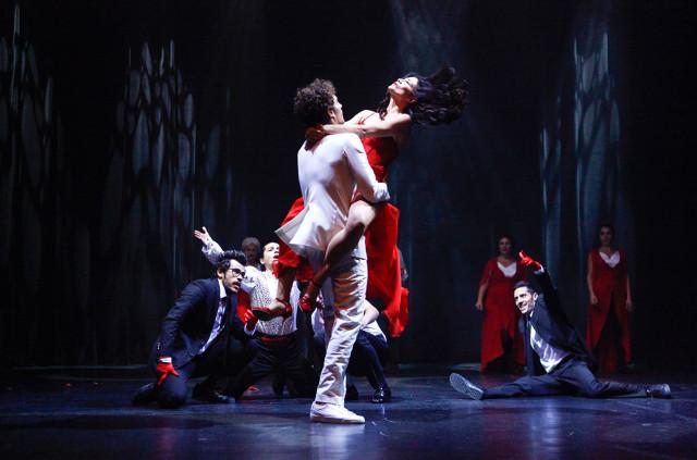 Demet Özdemir'in ateşli dansı nefes kesti