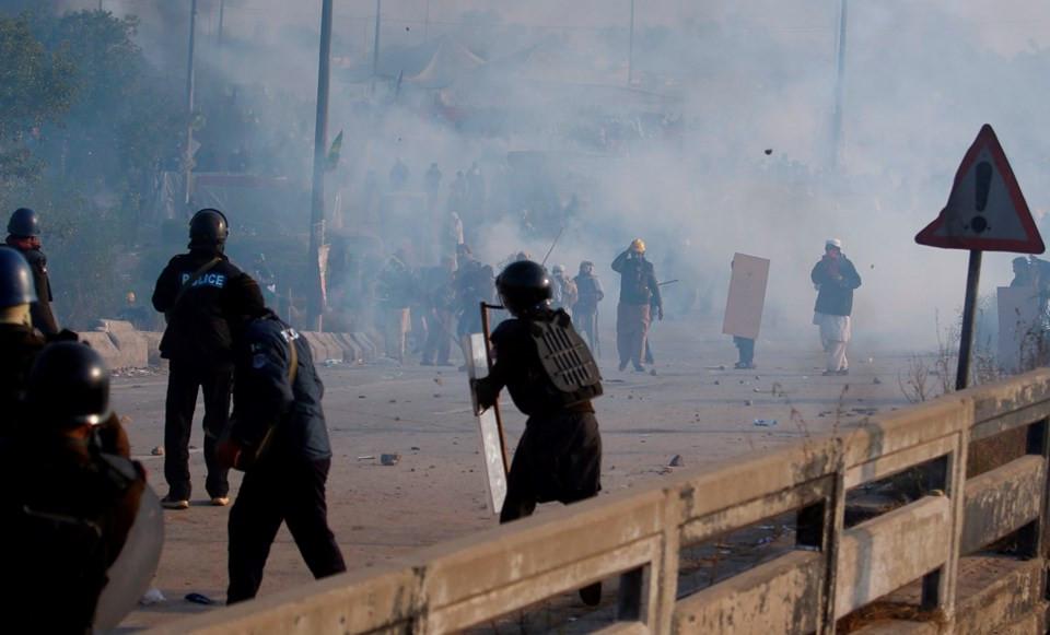 O ülkede sokaklar savaş alanına döndü: 1 ölü, 130 yaralı