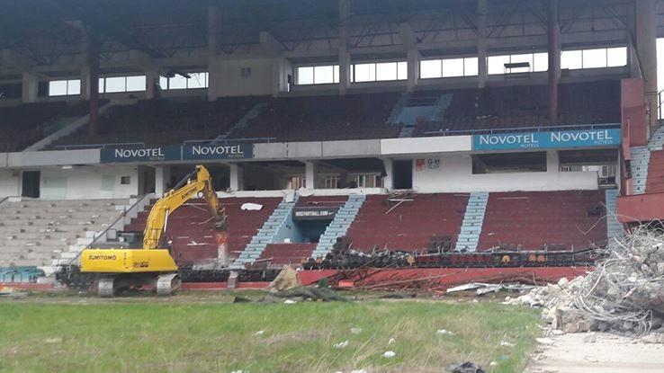 Avni Aker Stadyumu'nda yıkım başladı