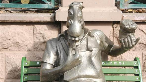 Eşek heykelinin kulaklarını kopardılar