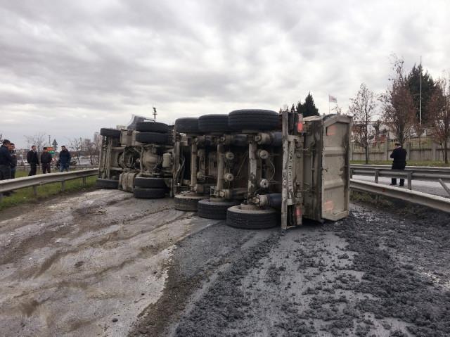 TEM'de çimento yüklü kamyon devrildi