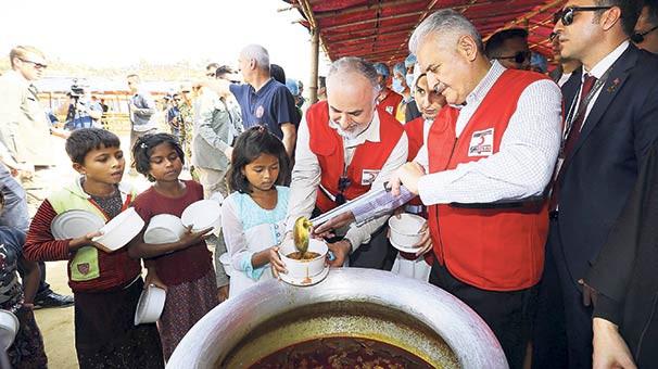 Başbakan Arakanlı mültecilerin kampını ziyaret etti