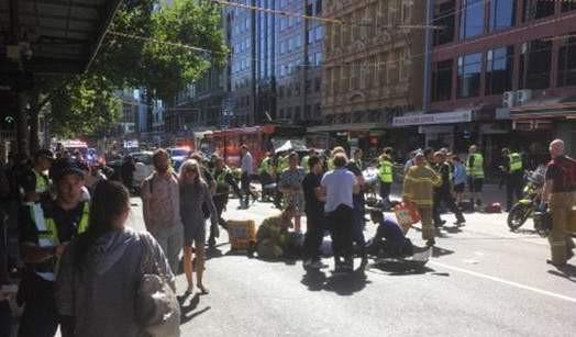 Avustralya'da araç yayaların arasına daldı; onlarca yaralı var !