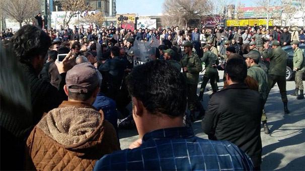 İran karıştı ! Namaz sonrası protesto