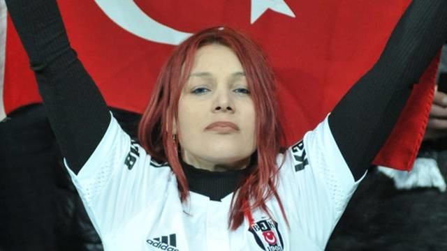 Beşiktaş maçına damga vuran kızıl saçlı kadın
