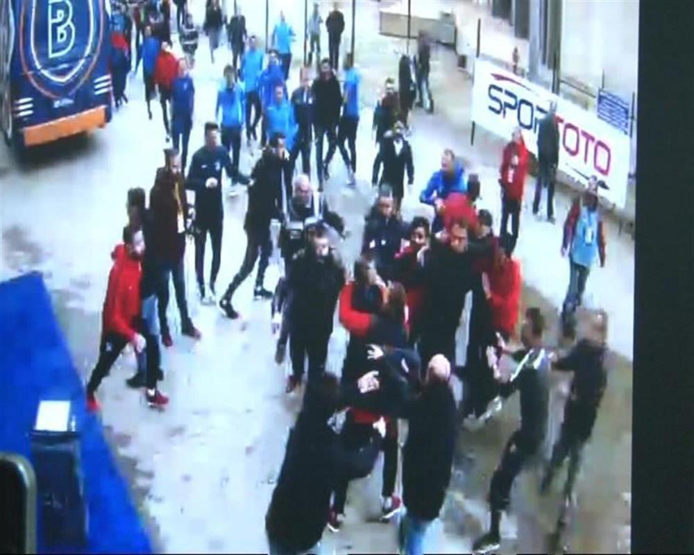 Başakşehirli futbolcular gazetecilere saldırdı