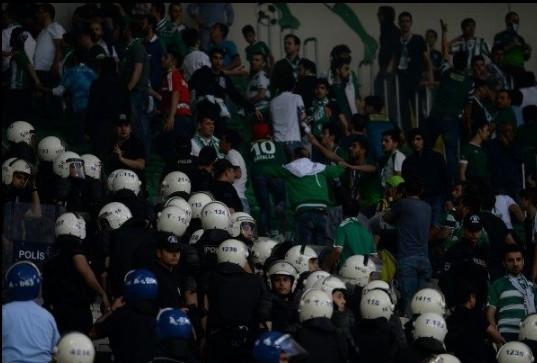 Bursaspor - Beşiktaş maçında tribünler karıştı !