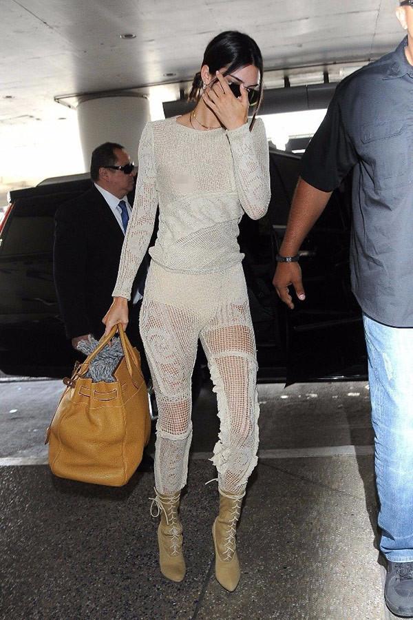 Kendall Jenner sütyensiz çıktı...