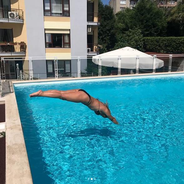 Seda Akgül'den havuzda bikinili paylaşım