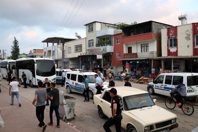Adana'da iki aile kavga etti, ortalık savaş alanına döndü