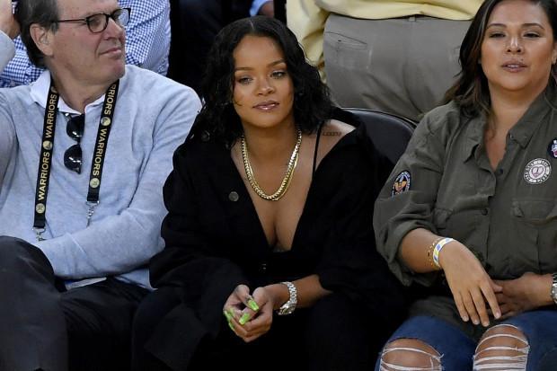 Rihanna CAVS maçında kendisini kaybetti