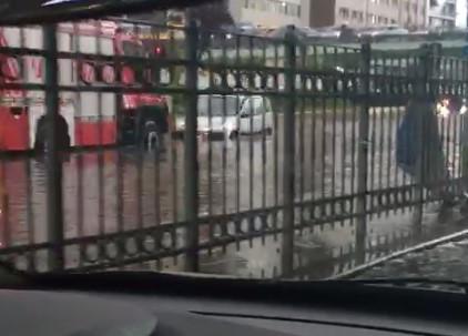 Kadın sürücü deyip geçmeyin; Mecidiyeköy ''göletini'' böyle aştı