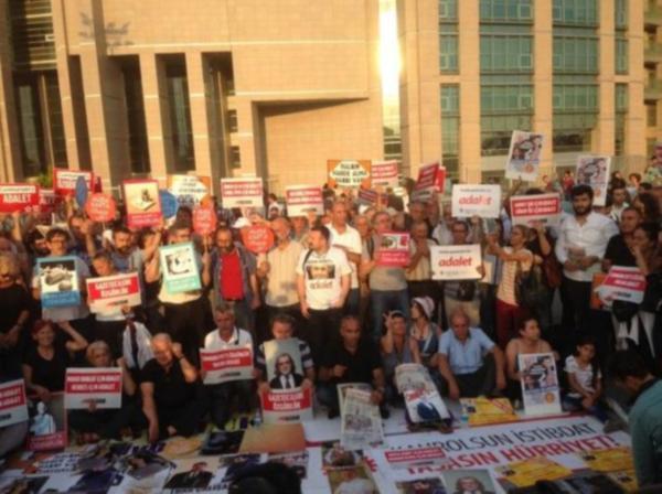 Karar sonrası adliye önünde protesto