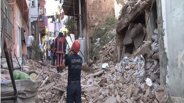 İstanbul'da 2 katlı bina çöktü