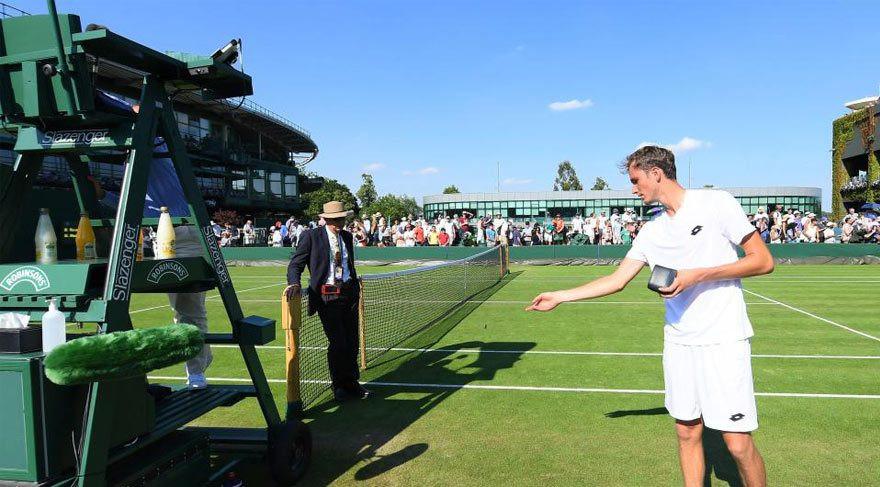 Wimbledon'dan elendi, hakeme bozuk para attı !