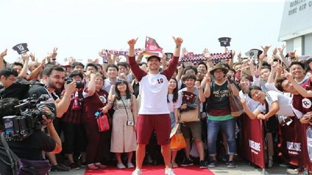 Japonya'da Podolski'ye çılgın karşılama