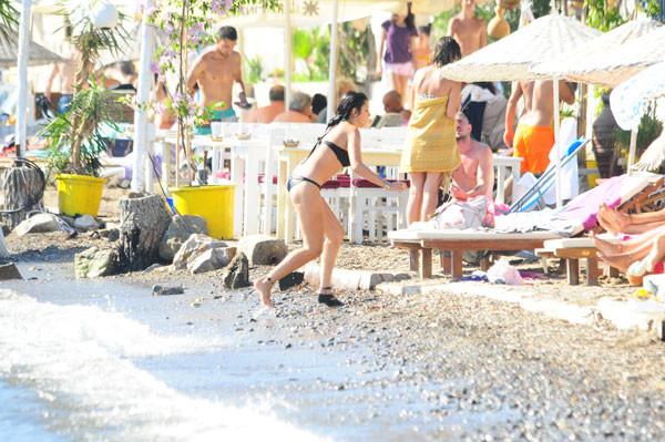 Ünlü oyuncu bikinili yakalandı