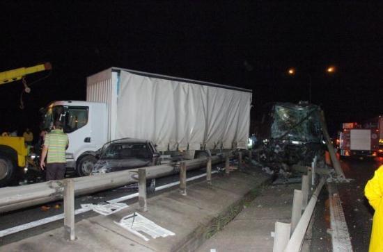 Zincirleme kaza faciası: 6 ölü, 1 yaralı