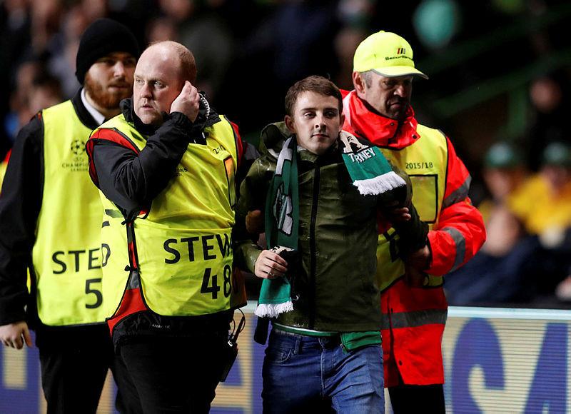 Celtic taraftarı sahaya atladı, Mbappe'ye saldırdı