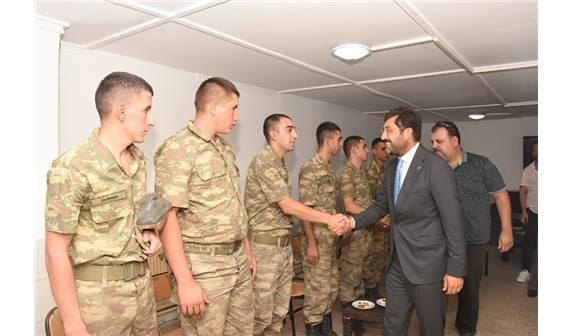 Beşiktaş Belediye Başkanı Murat Hazinedar'dan askerlere bayram ziyareti