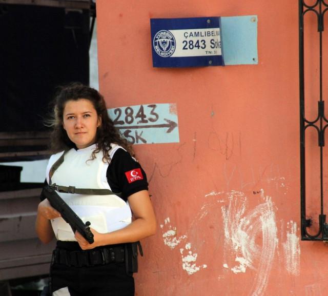 Kadın polis sokak levhasında uyuşturucu buldu